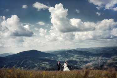 Amazing scene from a wedding day captured by Oleh Kolos